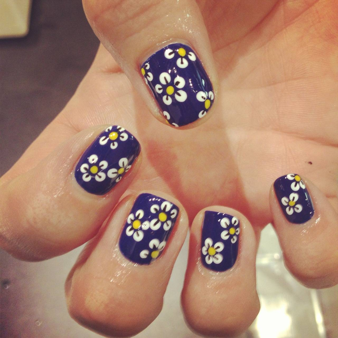 Daisy nail art ideas!