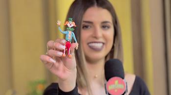 Mônica com o boneco feito de cristal (Foto: SBT/Divulgação)