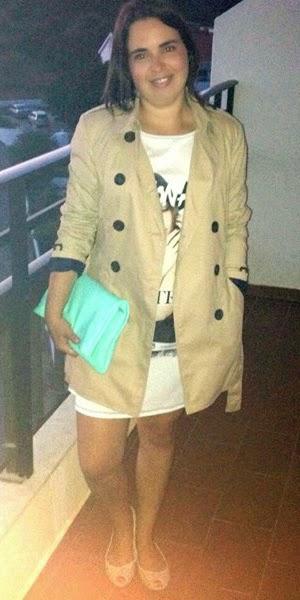 Vestido branco com estampado, trench-coat bege, clutch verde, sabrinas beges