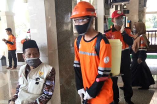 Cegah Pandemi Coronavirus: Tim Baznas Maros Lakukan Penyemprotan Desinfektan di Masjid