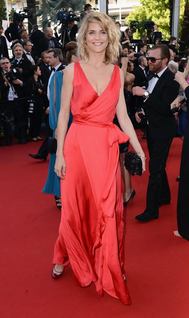 a92e6d073d9e2 Quant à l égérie Dior Marion Cotillard qui joue dans le film Blood Ties,  elle portait une robe bustier blanche avec des descentes en bleu, jaune,  noir et ...