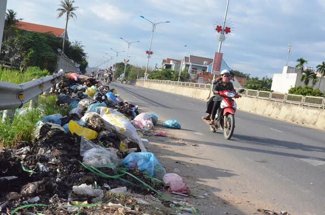 Quảng Ngãi rác ngập đường, nhà máy xử lý chậm tiến độ