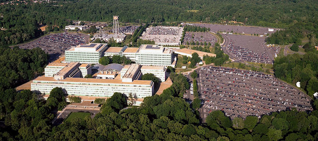 Общий вид комплекса зданий ЦРУ в н. п. Лэнгли, Штат Вирджиния (общественное достояние)