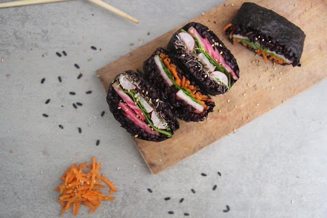 Cuillère et saladier : Onigirazu au riz noir vegan
