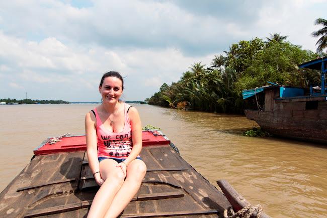 Lena en un barco en el Mekong