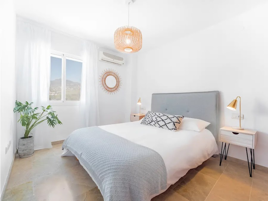 Dormitorio moderno con paredes blancas