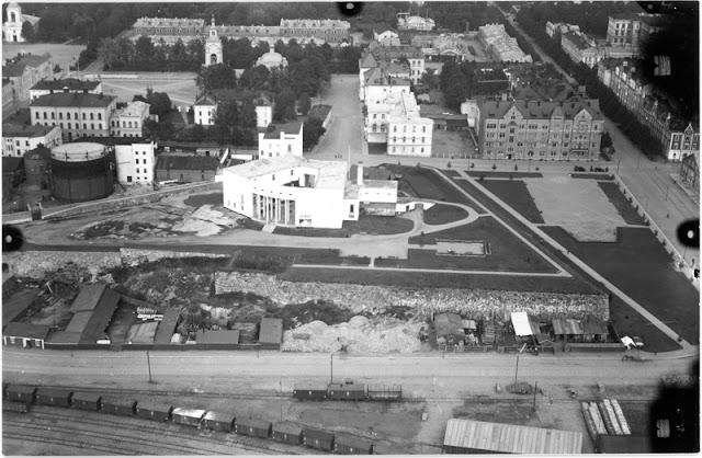 Viipurista ylhäältä ilmasta otettu mustavalkoinen valokuva.n
