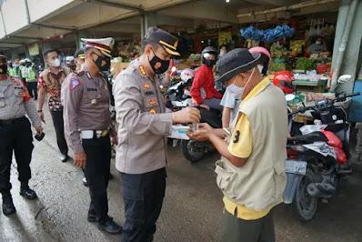 Kapolres Metro Bekasi Pimpin Langsung Pembagian Masker di Jababeka Cikarang