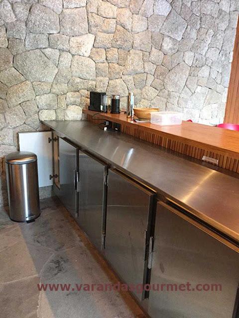 balcão refrigerado com 4 portas em aço inox escovado