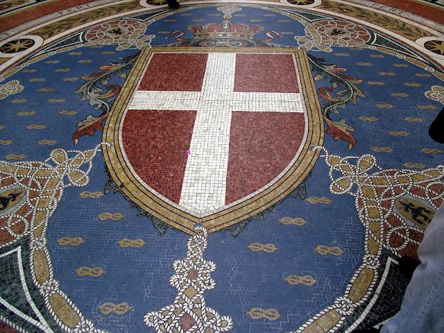 mosaico galeria Vittorio Emanuele II, cruz de Milán,