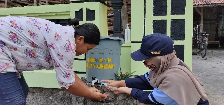 Mahasiswa UIN Bagikan Sabun Cuci Tangan