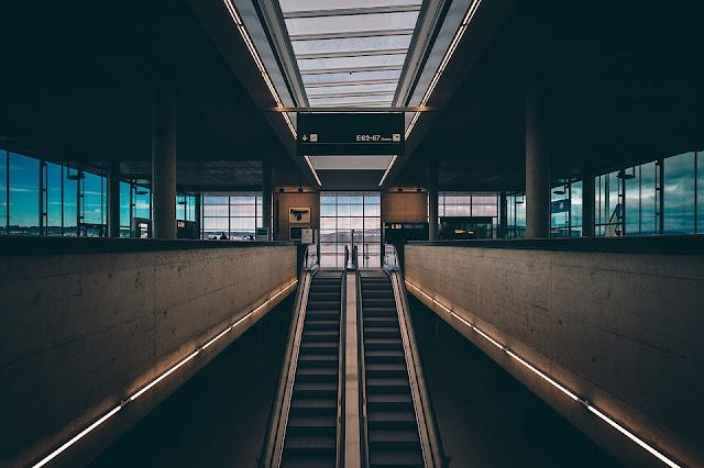 arrivi e partenze in aeroporto
