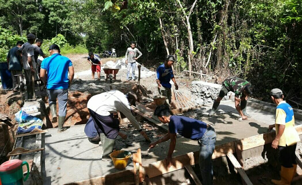 Danramil 01 /Ranai Pimpin Pelaksanaan Karya Bakti Pembangunan Jembatan Penghubung Cemaga Utara dengan Cemaga Selatan
