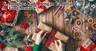 Bungkus Kado Dengan Tampilan Yang Menarik merupakan salah satu tips memilih kado natal untuk anak-anak