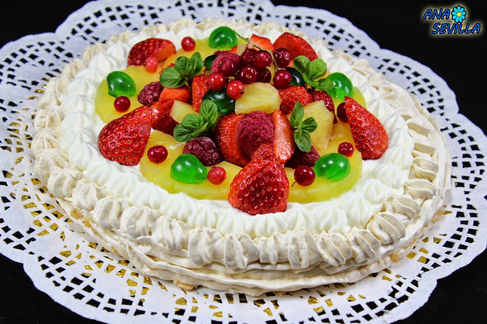 Tarta Pavlova de nata y frutas Ana Sevilla cocina tradicional