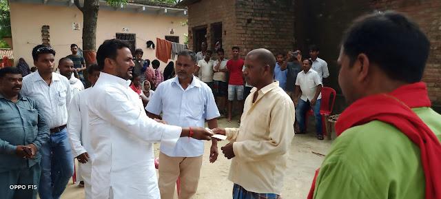 समाजसेवी ने पीड़ित परिजनों को दी सहायता राशि | #NayaSaveraNetwork