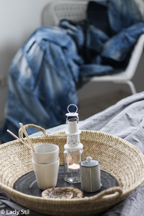 Frühstück im Bett mit uni weien Tassen und Mandala Holzuntersetzern