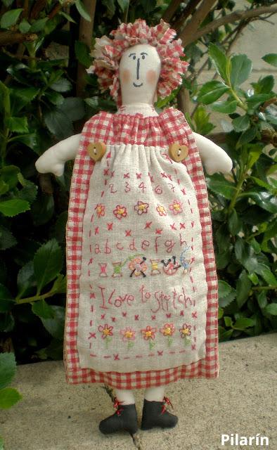 997adc2a4 Y, como no podía ser de otra forma, mi muñeca costurero se ha ido a dar una  vuelta por el jardín de casa.