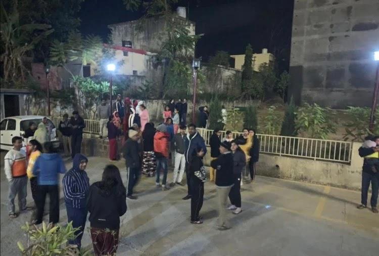 भूकंप के बाद देहरादून में घरों से बाहर निकले लोग