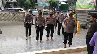 Bakti Sosial Serentak Polri, Polres Tana Toraja Lakukan Jumat Bersih Cegah Covid Di Mesjid Raya