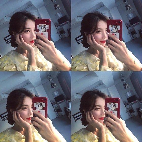 Hyuna kırmızı dudaklarıyla şirin selfieler paylaştı