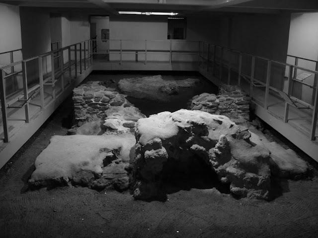 Skansen archeologiczny w podziemiach katedry poznańskiej - relikty grobowców Mieszka I oraz Bolesława Chrobrego