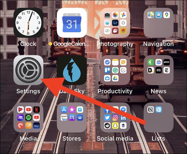 """اضغط على """"الإعدادات"""" على جهاز iPhone أو iPad."""