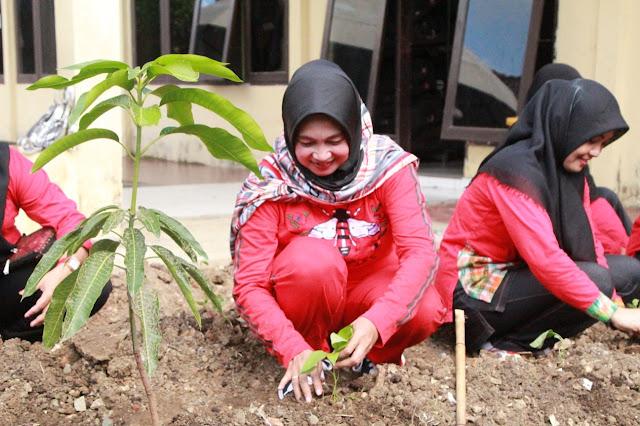Istri Personel Yon C Pelopor Brimob Bone Sulap Lahan Kosong Jadi Kebun Sayur