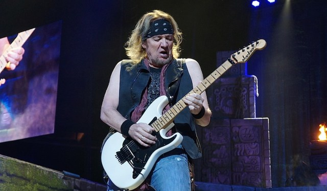 "Iron Maiden - Adrian Smith recorda encontros ""bizarros"" com Paul McCartney e Johnny Cash"