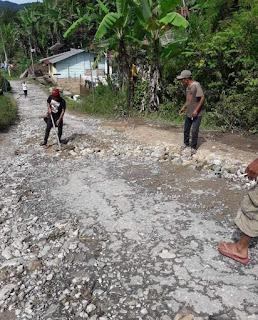 Tak Kunjung Ada Perbaikan, Warga Gotong Royong Perbaiki Jalan di Temba Kecamatan Pakkat