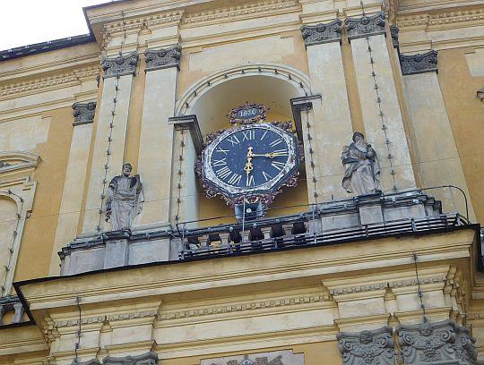 Zegar w fasadzie głównej Bazyliki.