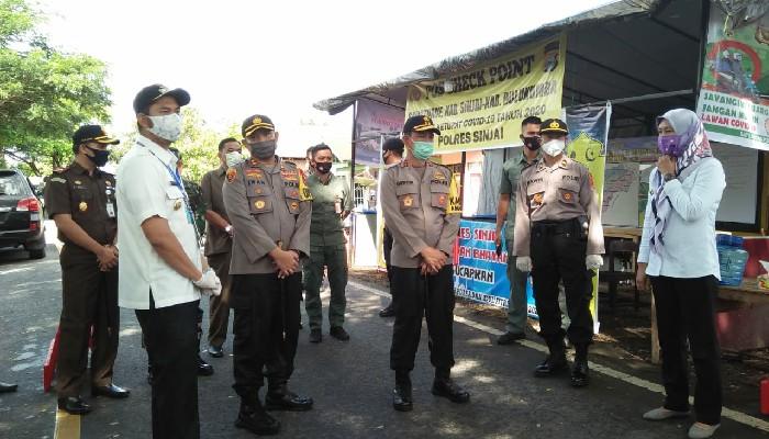 Bupati Sinjai Dampingi Kapolda Tinjau Pos Pengamanan Operasi Ketupat Covid-19