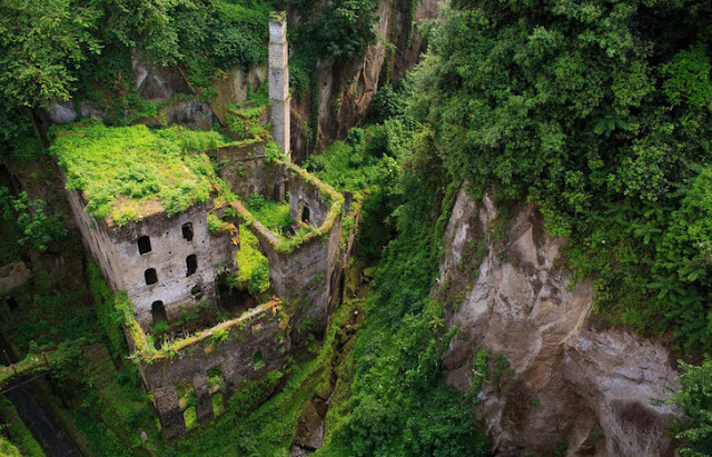 O que costumava ser um moinho localizado no centro da cidade italiana de Sorrento está agora coberto de árvores antigas