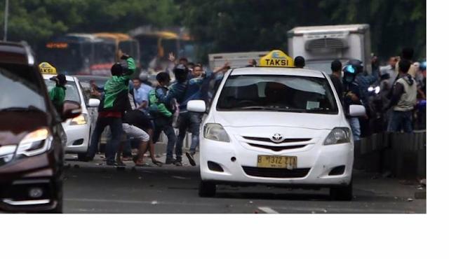 Bentrokan Terjadi Anarki di Palmerah Antara Pengemudi Go-Jek dan Sopir Taksi