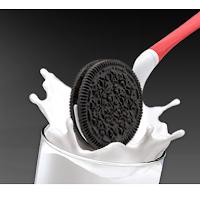 Dipr une cuillère pour tremper les biscuits dans le lait