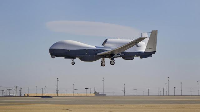 El avión no tripulado (dron) estadounidense Triton completa su primer vuelo en la planta de fabricación de Northrop Grumman en la ciudad de Palmdale, en el estado de California, 22 de mayo de 2013.