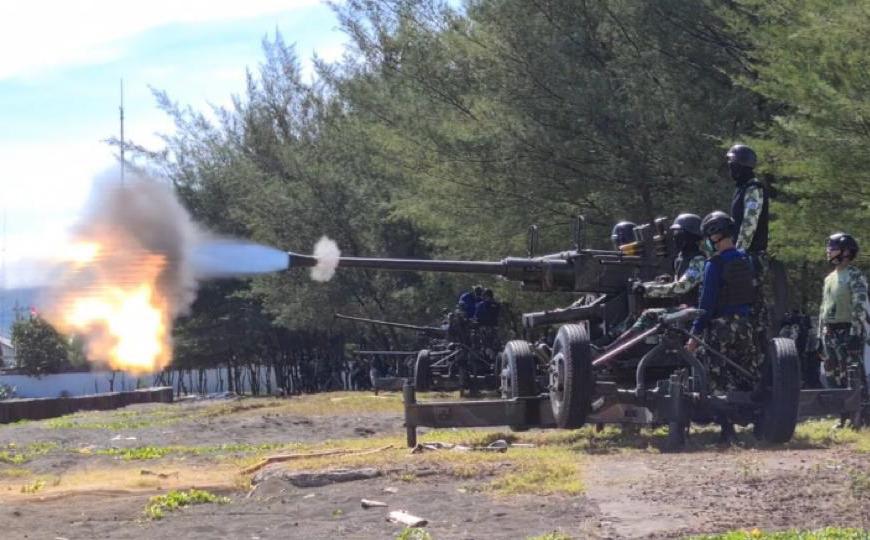 Siswa Sekolah Artileri Pusdikpel Kodiklatal Gelar Lattek Menembak Meriam di Probolinggo