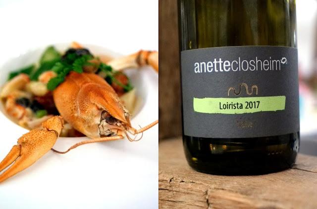 Der Sauvignon Blanc Loirista Jahrgang 2017, der die Stilistik der klassischen Sauvignon Blancs von der Loire aufgreift und in Barriques heranreifen darf, begleitet das Leipziger Allerlei mit Flusskrebsen und Morcheln.