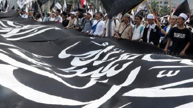 Massa Aksi Bela Bendera Tauhid di Solo Bakar Bendera PKI