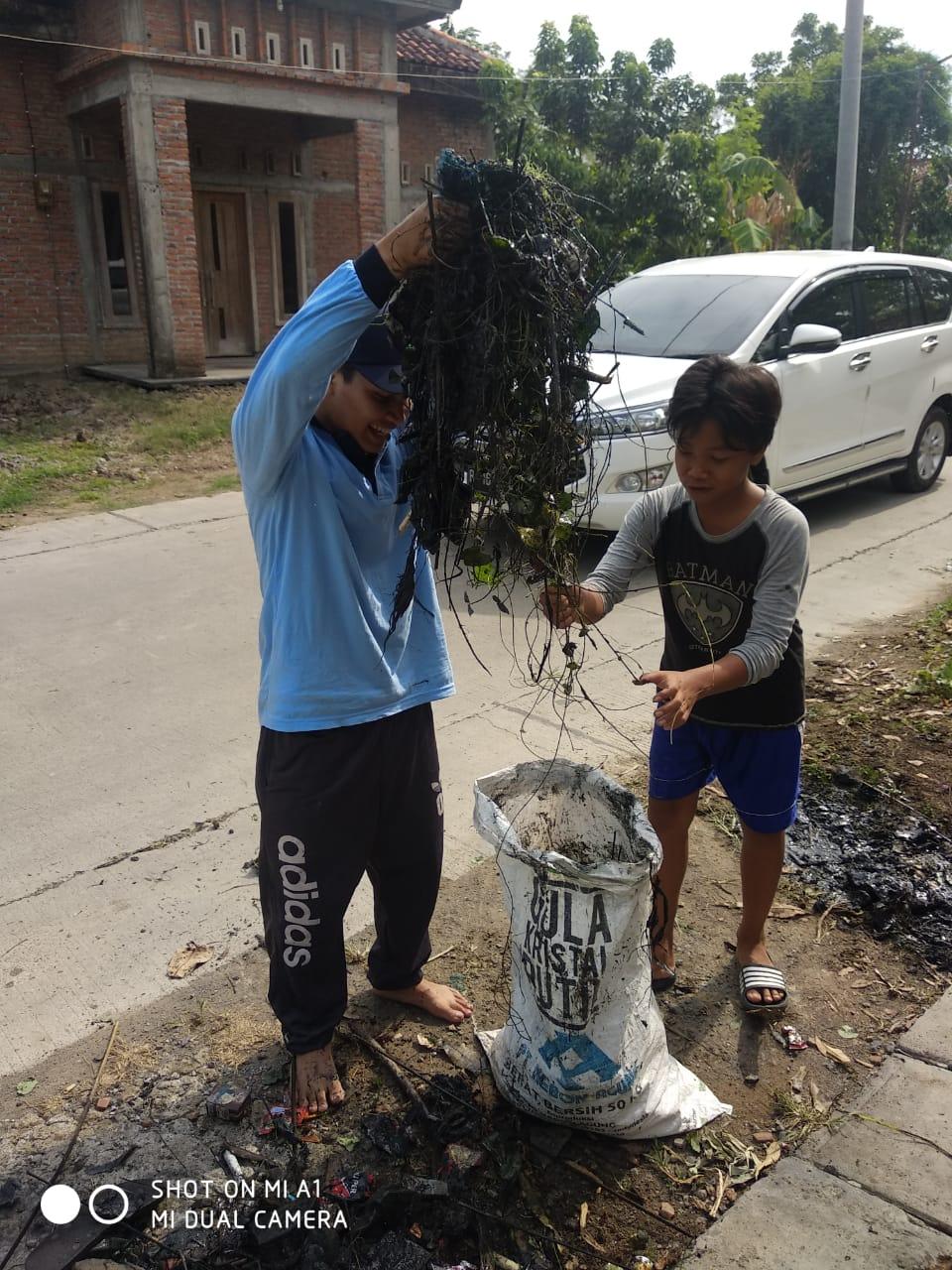 Mahasiswa KKN Mengadakan Bersih Lingkungan