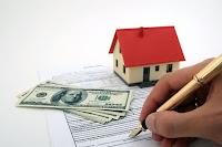 Bir maket ev altındaki imzalanan bir sözleşme üzerindeki kaparo parası