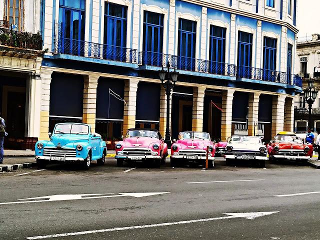 Zabytkowe samochody na ulicach Hawany