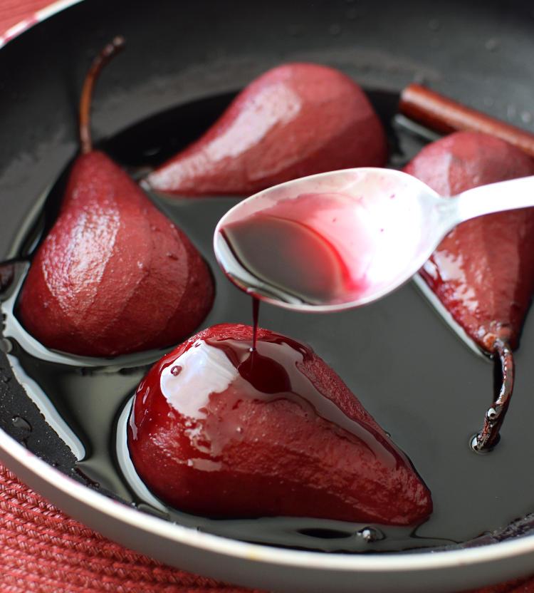 Postre de peras bañadas en almíbar de vino tinto
