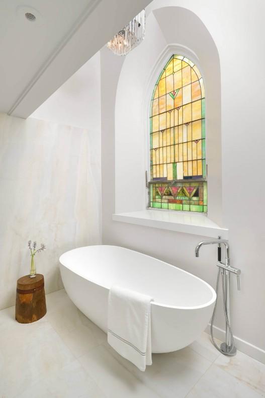 bañera exenta de diseño junto a vieja cristalera emplomada chicanddeco