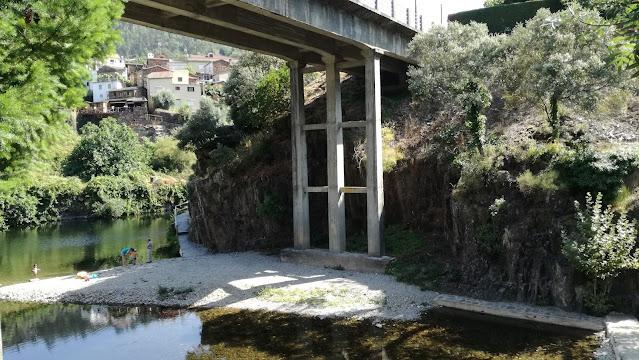 Praia Fluvial  de Cabreira debaixo da ponte sobre o Rio Ceira