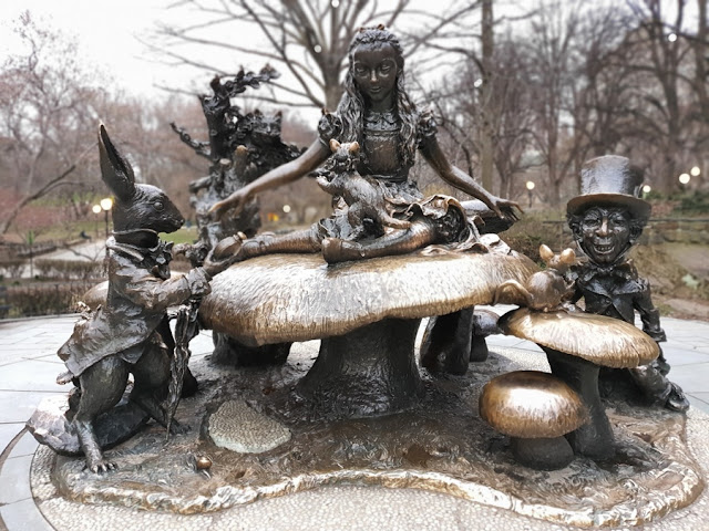 estátua da Alice no País das Maravilhas