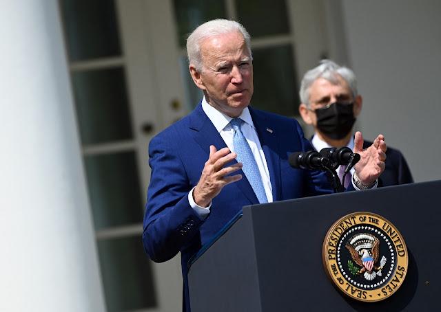 """Biden pide a Putin """"reducir"""" tensiones en Ucrania y propone cumbre"""