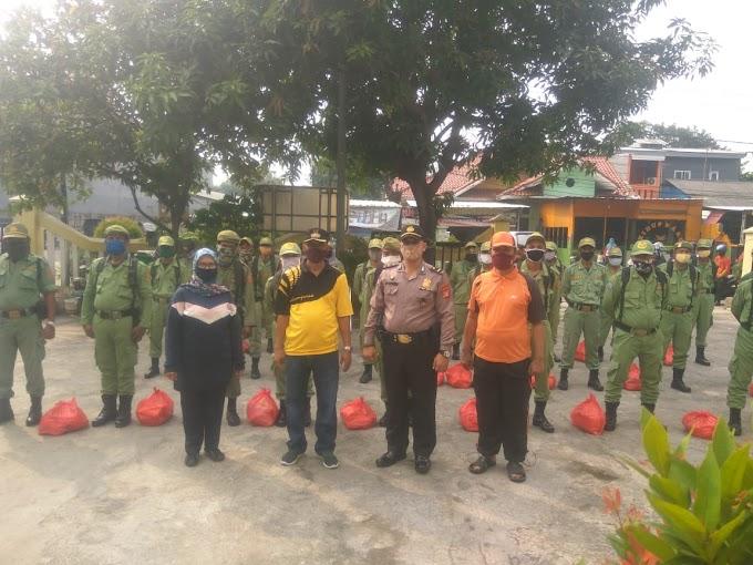 """"""" HUT Bhayangkara ke 74 """" Anggota Linmas Kelurahan Sepanjang Jaya Rawalumbu Bekasi Kota Terima  Bantuan Sembako Dari Polri"""