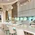 Espaço gourmet sofisticado com cores claras + ilha e frontão em ônix retroiluminado!