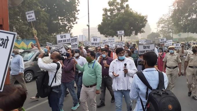 अर्नब गोस्वामी की गिरफ्तारी पर दिल्ली के पत्रकारों ने किया विरोध प्रदर्शन
